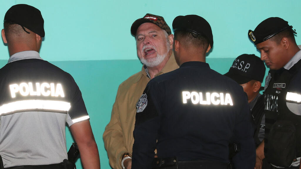 El expresidente de Panamá, Ricardo Martinelli, grita a los medios de comunicación al salir del Tribunal Electoral en la ciudad de Panamá, Panamá, el 26 de abril de 2019.