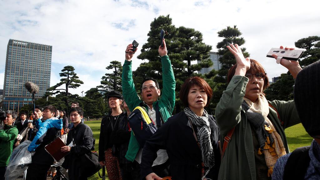 """La gente grita """"Banzai"""" en reacción a la entronización del emperador japonés Naruhito frente al Palacio Imperial en Tokio, Japón, el 22 de octubre de 2019."""