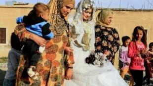 """نساء يرافقن العروس هبة في حي الجزرة خلال أول حفل زفاف بعد طرد تنظيم """"الدولة الإسلامية"""" من الرقة شرق سوريا، في 27 تشرين الأول/أكتوبر 2017"""