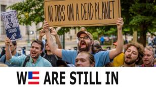 Des Américains manifestant contre la décision de Trump de sortir de l'accord de Paris à New York, le 6 juin.