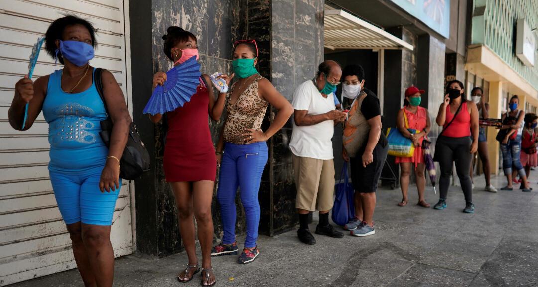 Personas hacen fila para comprar alimentos en medio de la preocupación por la propagación del nuevo coronavirus en La Habana, Cuba, el 8 de julio de 2020.