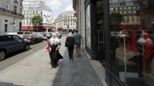 Une femme voilée dans les rues de Paris, en 2013.
