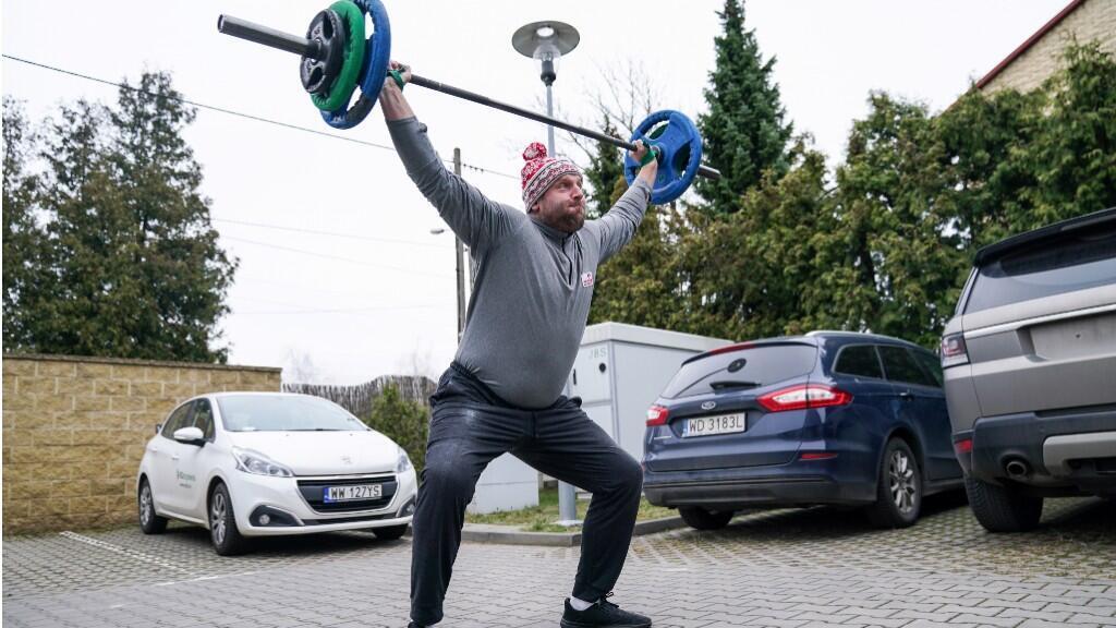 El polaco Piotr Małachowski entrena en un estacionamiento para la prueba de lanzamiento de disco de Tokio 2020. Varsovia, Polonia, 20 de marzo de 2020.