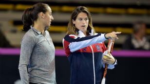 Amélie Mauresmo conseille Caroline Garcia à l'entraînement.