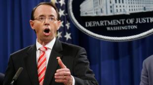 El vicefiscal general de los Estados Unidos, Rod Rosenstein, anunció acusaciones de un gran jurado en contra fr 12 oficiales de inteligencia rusos en el marco de la investigación especial liderada por Robert Mueller sobre Rusia, durante una conferencia de prensa en el Departamento de Justicia en Washington, EE. UU., 13 de julio de 2018.