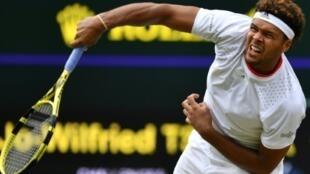 Il s'agit de la première victoire du Français Jo-Wilfried Tsonga contre un membre du Top 10 mondial depuis 2 ans, ici en photo lors du tournoi de Wimbledon à Londres le 6 juillet 2019