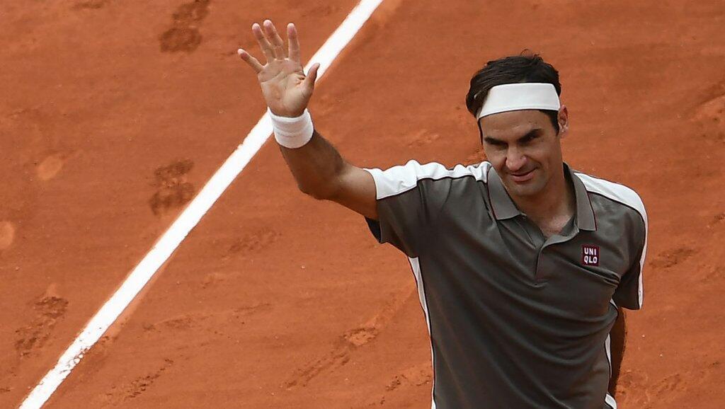 El suizo Roger Federer celebra después de ganar contra el italiano Lorenzo Sonego al final del partido de la primera ronda de individuales masculinos el día 1 del torneo Roland Garros en París el 26 de mayo de 2019.