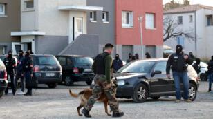 Les agents de la brigade de recherche et d'intervention perquisitionnent le domicile de Redouane Lakdim, dans la cité Ozanam de Carcassonne, le 23 mars 2018.