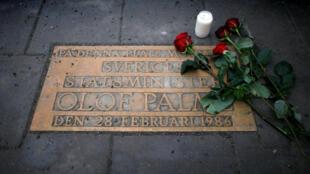 La plaque commémorative marquant le lieu à Stockholm où le Premier ministre Olof Palme a été assassiné, le 28 février 1986.