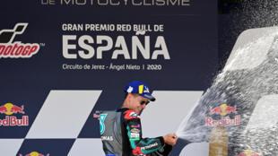 El piloto francés Fabio Quartararo (Yamaha-SRT) celebra en el podio después de ganar el Gran Premio de España de MotoGP, en el circuito Ángel Nieto de Jerez de la Frontera, en Andalucía, el 19 de julio de 2020