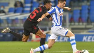 Igor Zubeldia, de la Real Sociedad, ballon au pied contre Séville en Championnat d'Espagne le 16 juillet 2020 à Saint-Sébastien