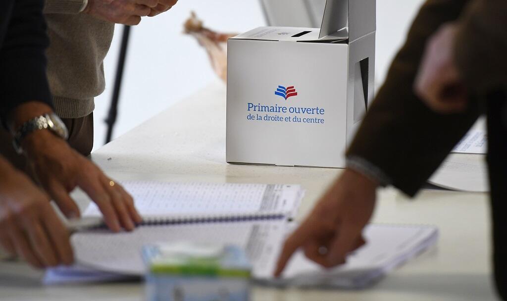 Des électeurs se préparent à voter à la primaire de la droite le 20 novemnbre 2016 à Betton, dans l'ouest de la France.