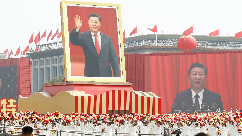 Los artistas pasan por la Plaza de Tiananmén con una carroza que muestra al presidente chino Xi Jinping en Beijing, China, el 1 de octubre de 2019.
