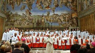 """Le pape Benoît XVI assiste à un concert du chœur des """"Regensburger Domspatzen"""", le 22 octobre 2005, à la chapelle Sixtine au Vatican."""