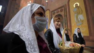 يحتفل مؤمنو الكنيسة الرسولية الأرمنية بعيد الفصح في كاتدرائية أبوفيان، على بعد حوالي 30 كم من يريفان في 12 أبريل/ نيسان 2020