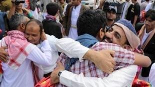 أسرى يعانقون أقاربهم بعد إطلاق سراحهم من قبل الحوثيين بصنعاء، 30 سبتمبر/أيلول 2019.