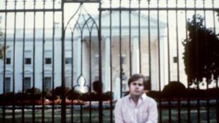 جون هينكلي أمام البيت الأبيض في 1981