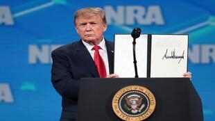 يظهر دونالد ترامب للجمهور وثيقة موقعة ترفض معاهدة تجارة الأسلحة التابعة للأمم المتحدة في منتدى القيادة NRA-ILA في الاجتماعات والمعارض السنوية الـ 148 لجامعة NRA في 26 أبريل 2019 في إنديانابوليس، إنديانا.