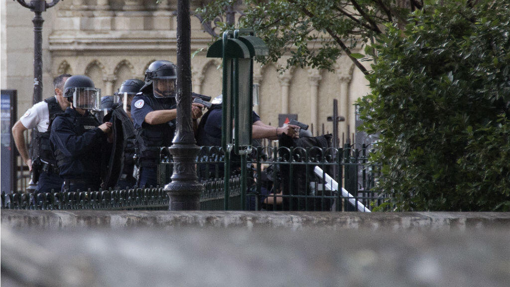 Des policiers devant Notre-Dame-de-Paris le 6 juin, après l'attaque de l'un des leurs par un homme ayant prêté allégeance à l'EI.