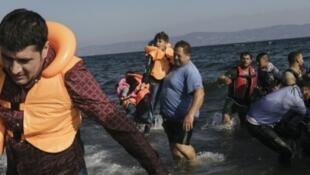 مهاجرون سوريون يصلون إلى جزيرة ليسبوس اليونانية في 23 آب/أغسطس 2015