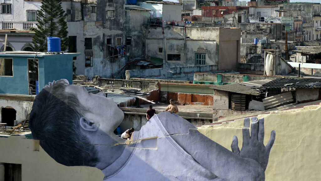Imagen de la obra 'Gigantes, echando un vistazo a la ciudad' del artista francés, JR.