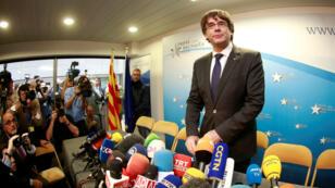 El expresidente de la Generalitat de Cataluña Carles Puigdemont posa en el interior del club de la prensa de Bruselas antes de comparecer ante los medios de comunicación, en Bruselas, Bélgica,  31 de octubre de 2017.