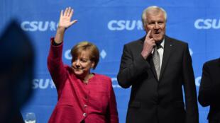 La chancelière allemande Angela Merkel aux côtés du président de la CSU Horst Seehofer, le 22 septembre 2017, à Munich.
