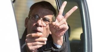 المصري سيف الدين محمد مصطفى يرفع إشارة النصر بعد مثوله أمام المحكمة الأربعاء بتهمة خطف طائرة مصرية إلى لارنكا