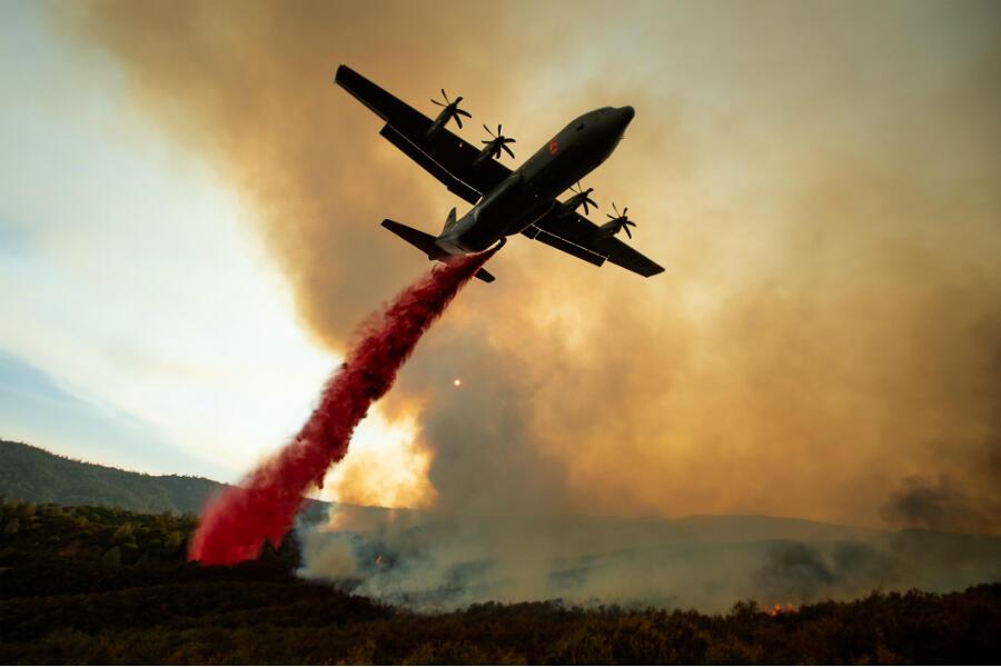 """Un avion-citerne asperge, dimanche 5 août 2018, des retardateurs de flammes sur l'un des deux foyers du """"Complex Mendocino Fire"""", le plus grave incendie de l'histoire de la Californie. Plusieurs milliers de personnes ont été évacuées. Mais certaines ont déjà regagné leur demeure."""