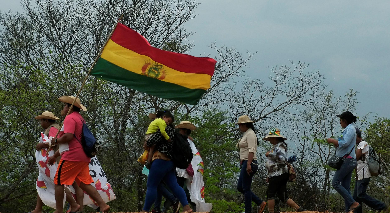 Un grupo de personas marcha desde San Ignacio a Santa Cruz de la Sierra durante la décima Marcha Indígena para defender a la Madre Tierra, el 25 de septiembre de 2019.