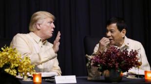 El presidente estadounidense Donald Trump habla con el presidente filipino Rodrigo Duterte durante la gala del 50 aniversario de la ASEAN. Noviembre 12, 2017