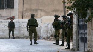 Des soldats israéliens patrouillent dans la ville cisjordanienne de Naplouse, le 4 octobre 2015.