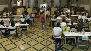 Colombianos concentrados en la Escuela Pía, centro de votación en la ciudad de Barcelona, España. 27 de mayo de 2018.