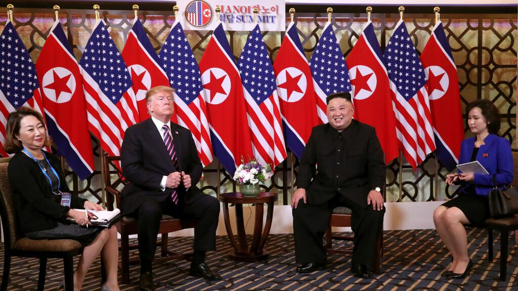 El líder norcoreano, Kim Jong-un, sonríe cuando él y el presidente de Estados Unidos, Donald Trump, se sientan antes de su conversación personal durante la segunda cumbre de Estados Unidos y Corea del Norte en el Hotel Metropole en Hanoi, Vietnam, el 27 de febrero 2019.