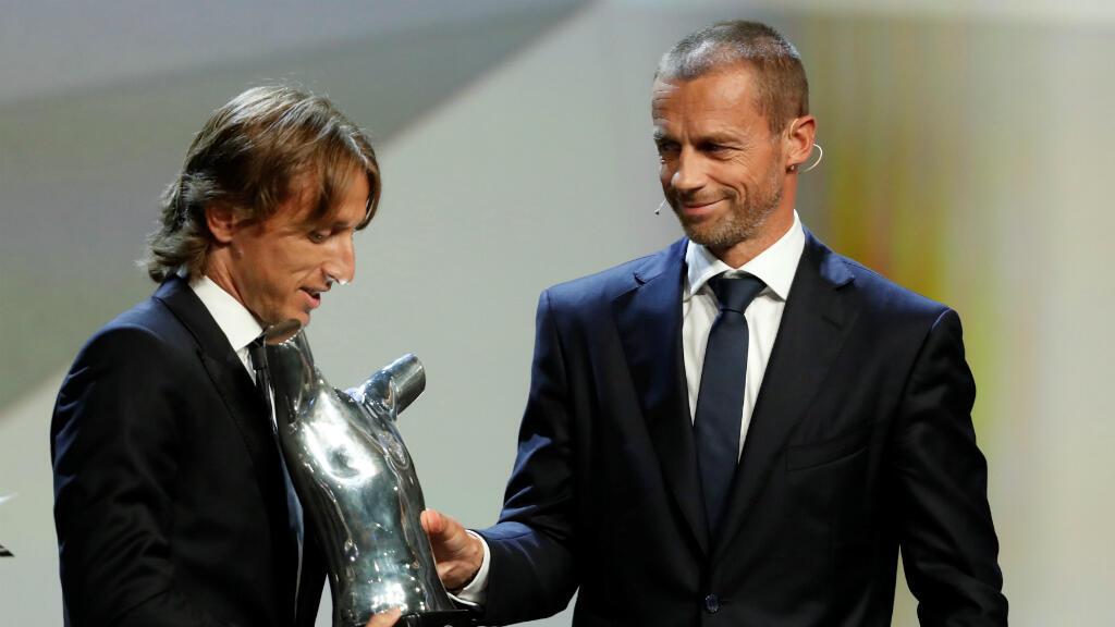 Aleksander Ceferin, presidente de la UEFA, entrega a Luka Modric el premio como Mejor Jugador de la temporada.