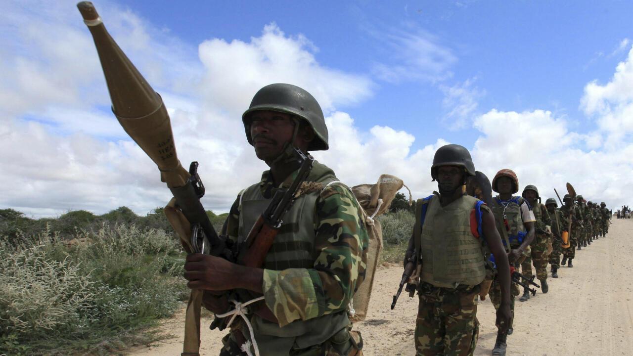 Des soldats de la mission de l'Union africaine en Somalie patrouillent après des affrontements entre insurgés et soldats du gouvernement, près de Mogadiscio, le 22 mai 2012.