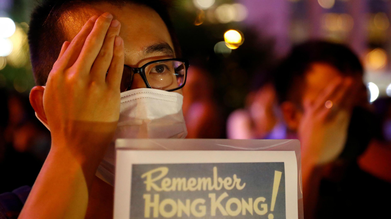 Un hombre asiste a una protesta en Hong Kong, el 30 de agosto de 2019.