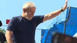 L'ex-président brésilien Lula salue ses partisans, le 7 avril 2018.