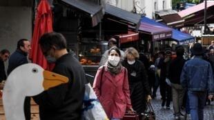Des Parisiens font leurs courses, le 2 mai 2020, rue Mouffetard.