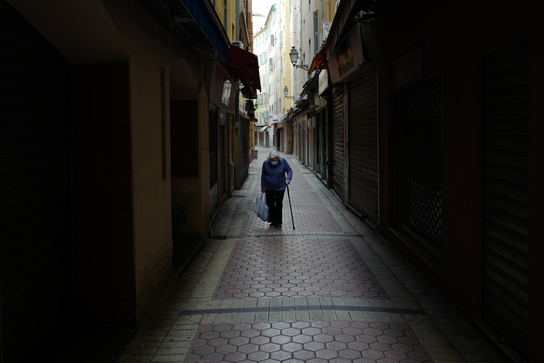 Une femme âgée dans les rues vides de Nice, le 22 avril 2020, au 37e jour de confinement imposé pour limiter la propagation du coronavirus.
