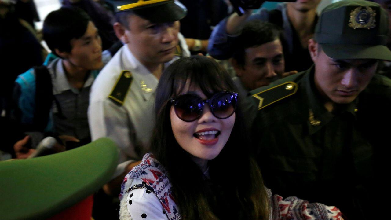 La vietnamita Doan Thi Huong, que pasó más de dos años en una prisión de Malasia por presuntamente asesinar a Kim Jong-nam, medio hermano del líder de Corea del Norte, llega al aeropuerto de Noi Bai, en Hanói, Vietnam, el 3 de mayo de 2019.