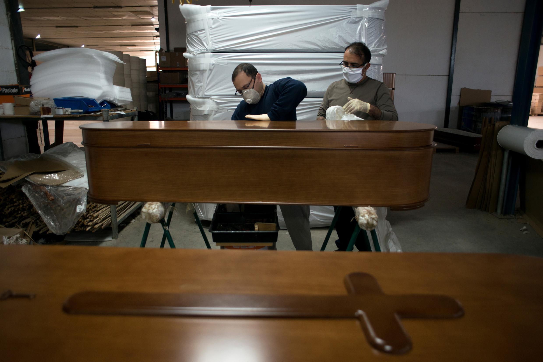 Des employés fabriquent un cercueil dans dans l'entreprise de pompes funèbres Adean à Puente Genil, en Espagne, le 16 avril 2020.