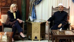La présidente du Front national, Marine Le Pen, et le grand imam d'Al-Azhar, Ahmed al-Tayeb, au Caire, le 28 mai 2015.