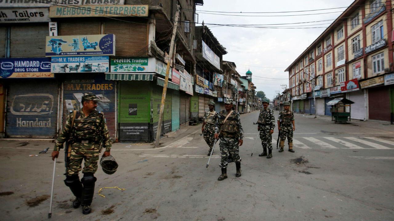 D'importants contingents de soldats indiens sont positionnés au Cachemire, comme ici à Srinagar le 7 août.