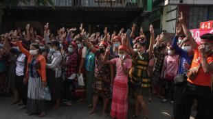 متظاهرون في رانغون ببورما في 06 شباط/فبراير 2021