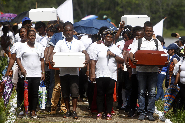 Un grupo de familiares ingresa este lunes 11 de noviembre a la antigua iglesia de Bojayá, en el departamento de Chocó en Colombia, lugar donde ocurrió la masacre en 2002 con los restos de las víctimas de la masacre de Bojayá.