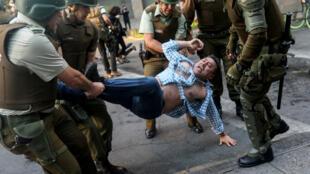 Un manifestant arrêté par la police anti-émeutes à Santiago, le 28 octobre 2019.
