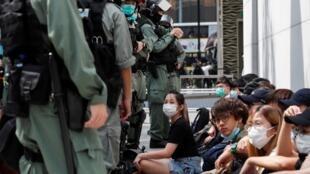 Des manifestants pro-démocratie retenus par la police à Hong Kong, le 27 mai 2020.