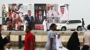 حافلة مكسوة بصور الأمير تميم بن حمد آل ثاني، في أوج الأزمة مع السعودية، في سبتمبر/أيلول 2017