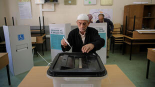 Un hombre vota en el referendum sobre el cambio del nombre del país que abriría el camino para unirse a la Unión Europea y a la OTAN, en Skopje, Macedonia, el 30 de septiembre de 2018.